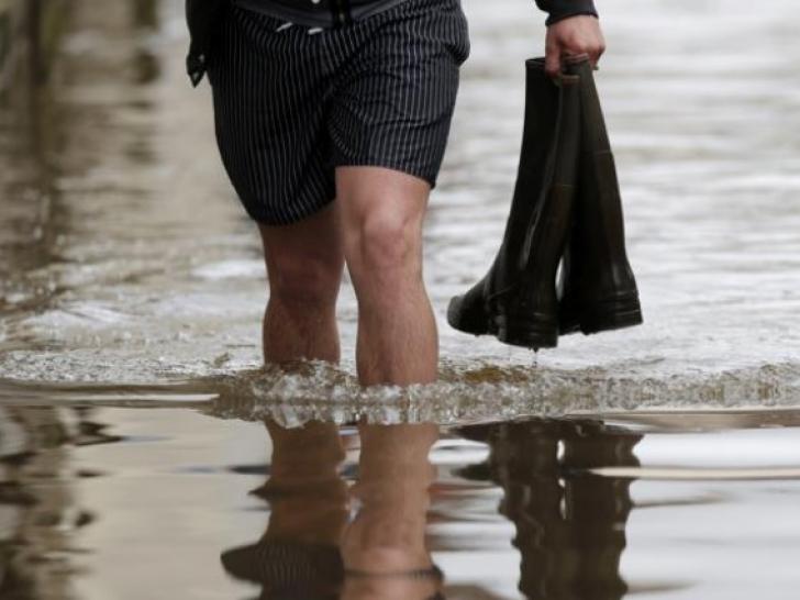 Prăpăd, în ţară, după ploile torenţiale. Pericolul de inundaţii se menţine