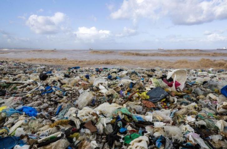 Plaja și marea, sub un val masiv de gunoaie. Imagini șocante pentru turiști și localnici