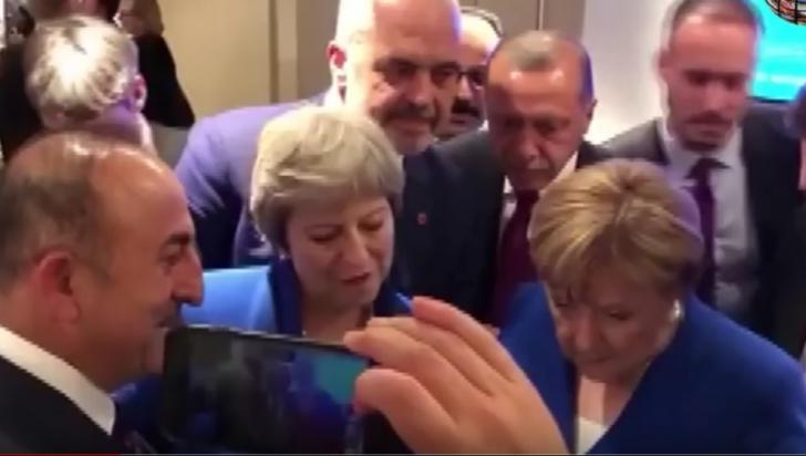 Merkel și May se uită la meci