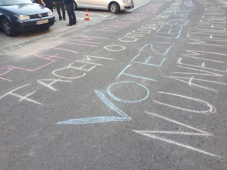 """Mesaje terifiante pe asfalt, după moartea tânărului Fărcaş:""""Și eu sunt Călin, nu vreau să mor ca el"""""""