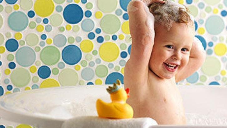 Poţi umbla dezbrăcat în faţa copilului tău? Ce spun experţii