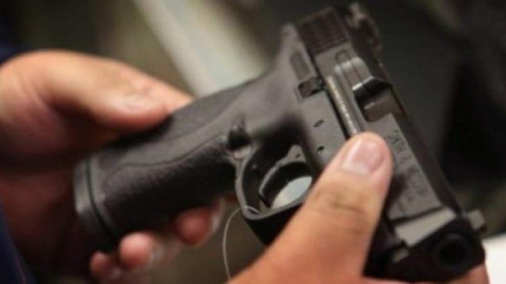 Un poliţist a tras accidental cu pistolul, chiar în sediul Poliţiei. Este cercetat de superiori