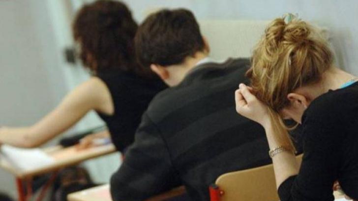 Profesoară dată afară de la Titularizare, după ce a fost prinsă copiind cu telefonul în lenjerie