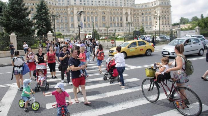 Părinţii spun STOP PENALILOR! Protest pe trecerea de pietoni din fața Palatului Parlamentului - FOTO:Inquam Photos / Octav Ganea