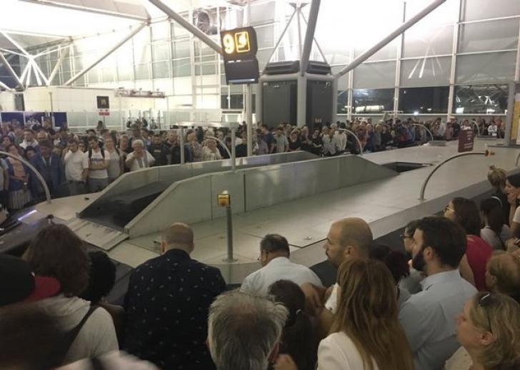 Zeci de copii din România, blocaţi pe un aeroport din Londra