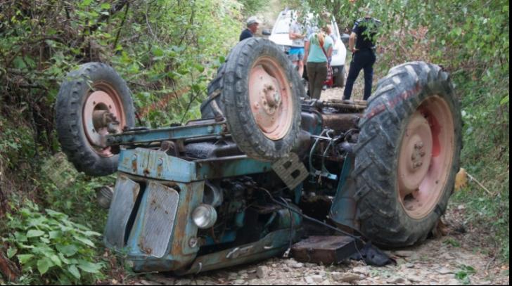 Tragedie în localitatea suceveană Șaru Dornei. Un bărbat a murit strivit de un tractor