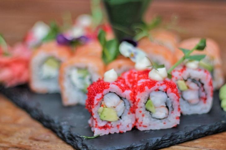 Incepe weekendul cu o seară de sushi alaturi de prieteni!