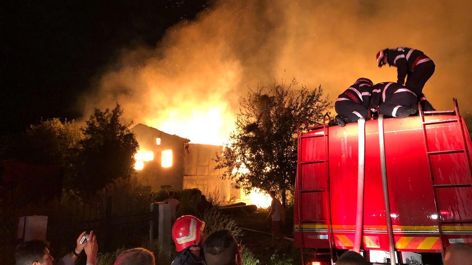 Incendiu de amploare în judeţul Constanţa. 15 familii evacuate. Pompierii se luptă cu flăcările