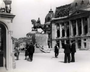 Imagine de arhiva: statuia originala a Regelui Carol, in Piata Palatului (1944)