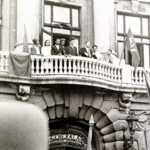 Imagine rara: Nicolae Ceausescu vorbind multimii, in Piata Universitatii, pe 30 august 1944. Langa el era Elena Ceausescu