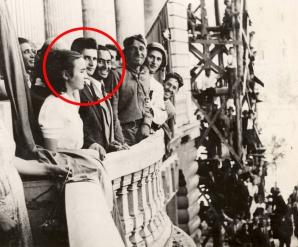 Imagine istorica: Nicolae Ceausescu si Elena Ceausescu, pe atunci Elena Petrescu, in 30 august 1944, in Piata Universitatii din Bucuresti