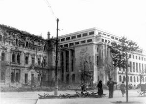 Imagine de arhiva: Palatul Sturdza devastat de bombardamente, inainte de a fi demolat, in 1944. Era construit fix langa actualul Palat Victoria