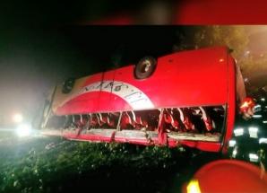 Zi neagră pe şosea! Un AUTOCAR cu turişti s-a răsturnat: 3 morţi, 51 de răniţi, inclusiv copii