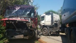 Impact violent între două TIR-uri, pe un drum judeţean din Gorj