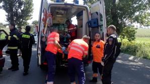 Dezastru pe străzi: mai multe persoane au fost rănite, după ce o maşină a intrat într-un cap de pod