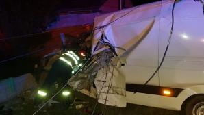 Accident mortal, în Suceava. Coliziune violentă cu un gard şi un stâlp de beton