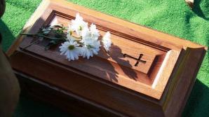 Tatăl îndurerat a deschis sicriul copilului. Când a văzut ce era înăuntru, s-a prăbuşit