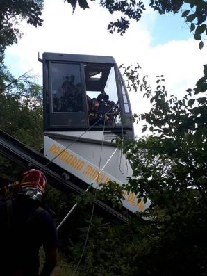 Intervenţie spectaculoasă. 19 oameni, dintre care 8 copii, blocați în telecabină, la Deva / Foto: ISU Hunedoara