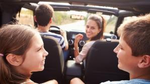 Obiceiul periculos pe care 90% din părinţii îl fac cu copiii în maşină