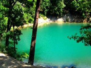Lacul din România care îşi schimbă culoarea în funcţie de anotimp. Unic în Europa / Foto: laculalbastru.ro