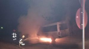 Incendiu violent la Sfântul Gheorghe: un microbuz a fost cuprins de flăcări / Foto: realitateadecovasna.net
