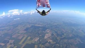 Mesajul anti PSD, în aer! Un paraşutist a sărit de la de 4.000 metri cu un banner M*** PSD