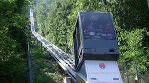 Clipe de PANICĂ: 13 turişti, printre care doi copii, sunt blocaţi la înălţime