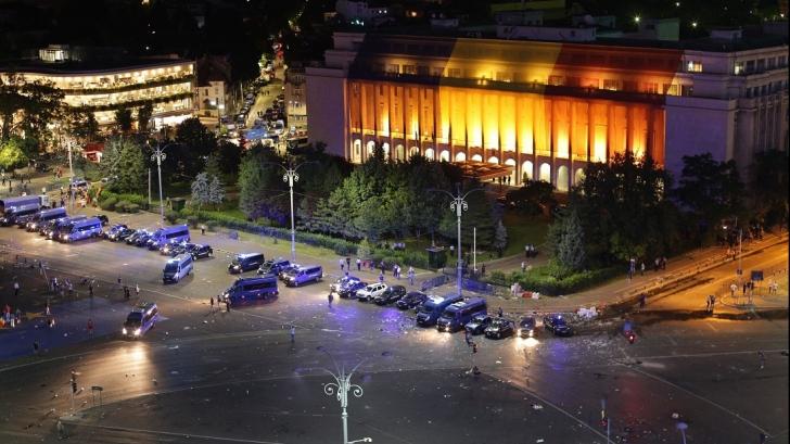 Protestatarii au strâns gunoiul din Piața Victoriei