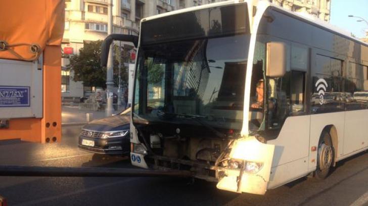Autobuz lovit de o maşină în centrul Capitalei: Trei oameni au fost răniţi