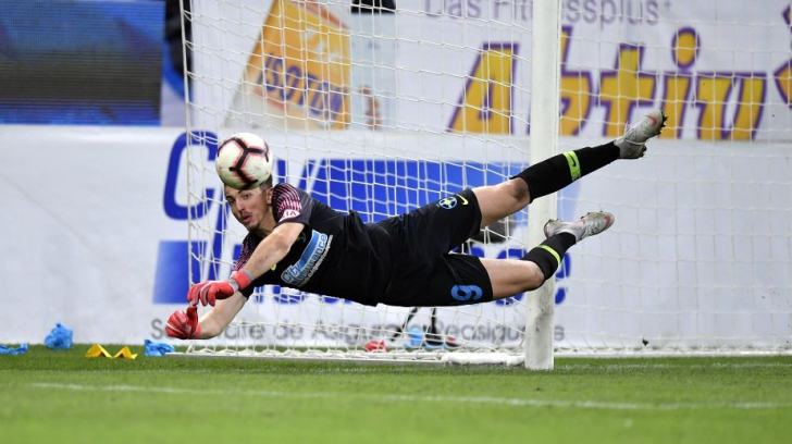Momentul in care Andrei Vlad gafeaza, respingand aiurea o minge. Foto: GSP