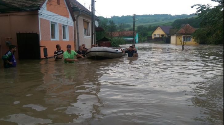 Gospodării inundate şi persoane evacuate cu barca, în Ruja