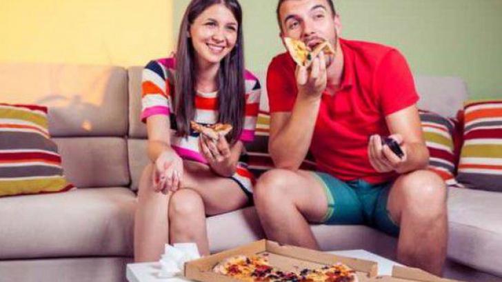 De ce nu trebuie să mănânci niciodată în faţa televizorului. Pericolul neştiut