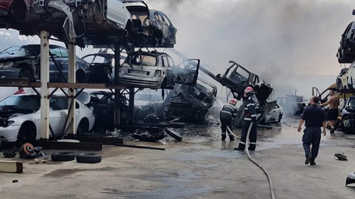 Incendiu puternic într-un parc de dezmembrări din Agigea (Video)