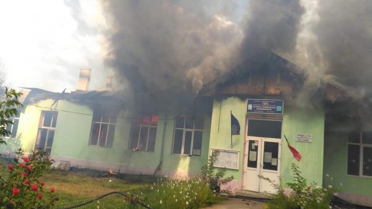 Incendiu puternic în judeţul Tulcea. O şcoală s-a făcut scrum