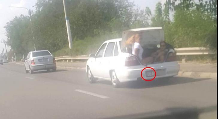 Două tinere, plimbate în portbagajul unei maşini, prin Craiova