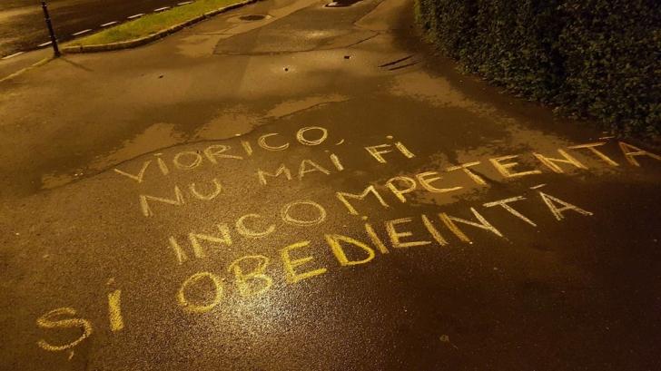 Bărbat amendat, după ce a scris mesaje anti-PSD cu creta pe asfalt / Foto: Facebook/Passport Productions