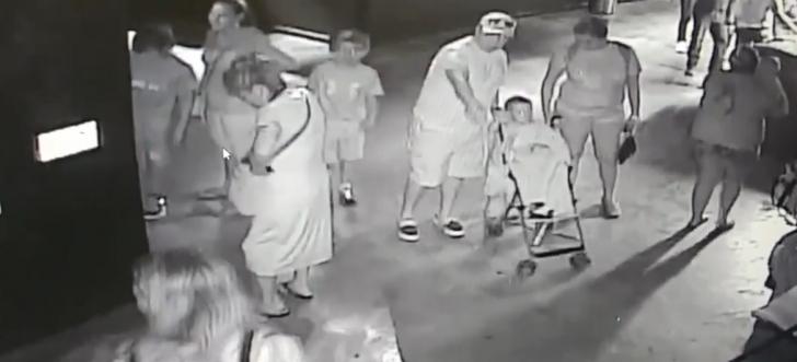 Rechin costumat în bebeluş, furat de la ZOO! Bestia, scoasă într-un cărucior!
