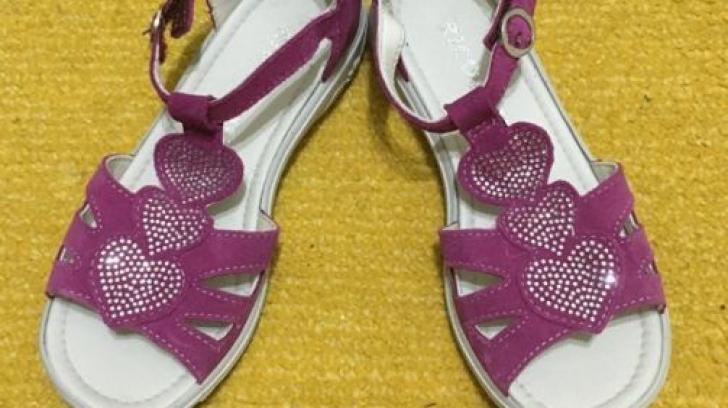 La un pas de moarte! Ce a păţit o fetiţă de doar 4 ani după ce a probat mai multe sandale