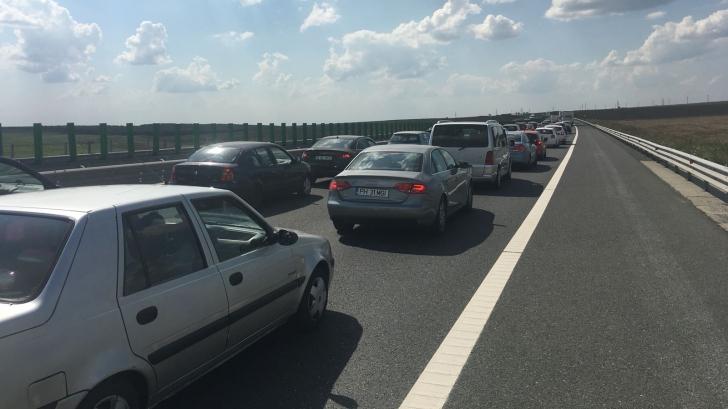 Traficul rutier pe A2, oprit la kilometrul 185 pe sensul către Capitală. O maşină a luat foc