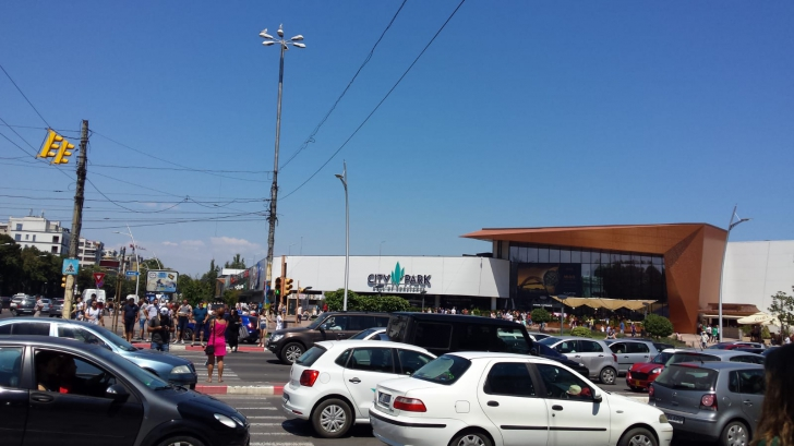 PANICĂ într-un mall din Constanţa. Incendiu: zeci de persoane evacuate