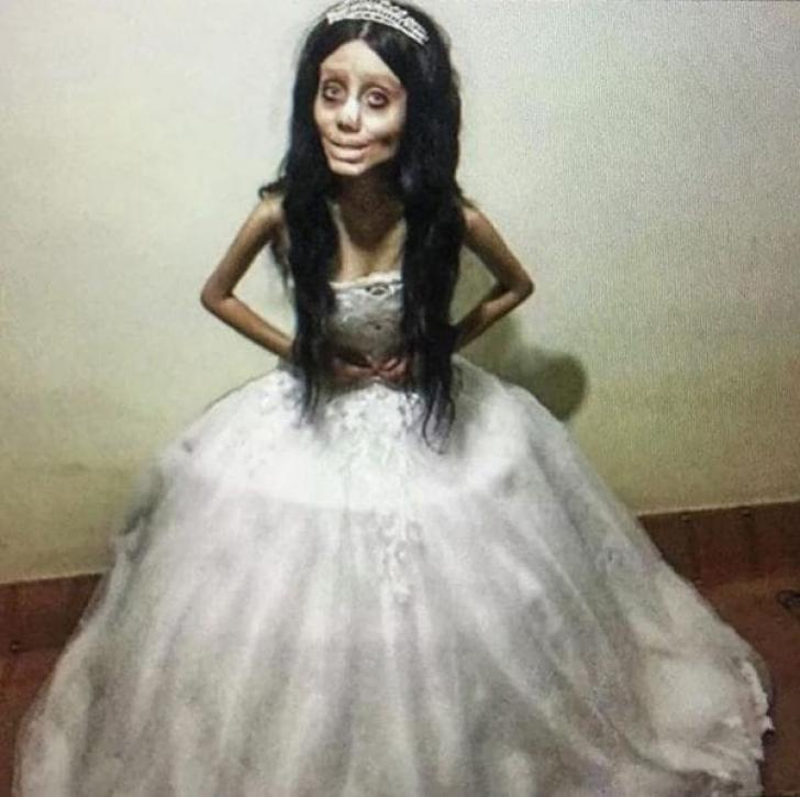 Iranianca de 20 ani care s-a transformat într-un zombie Angelina Jolie şi-a arătat faţa adevărată