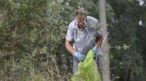 """Preşedintele ţării a ieşit la strâns gunoaie: """"Natura trebuie păstrată curată"""""""