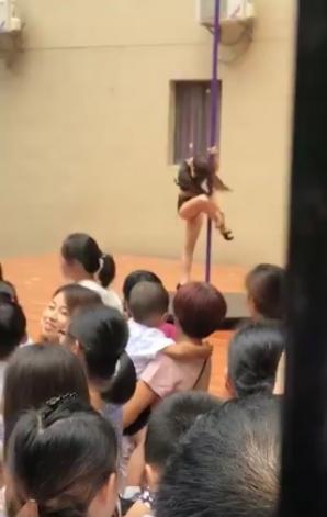 Directoare, concediată după ce şi-a primit elevii la serbarea cu un dans la bară. Şi asta nu e tot!