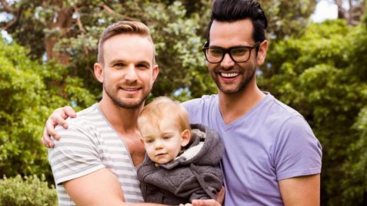 Ce se întâmplă de fapt cu copiii adoptați de cupluri homosexuale?