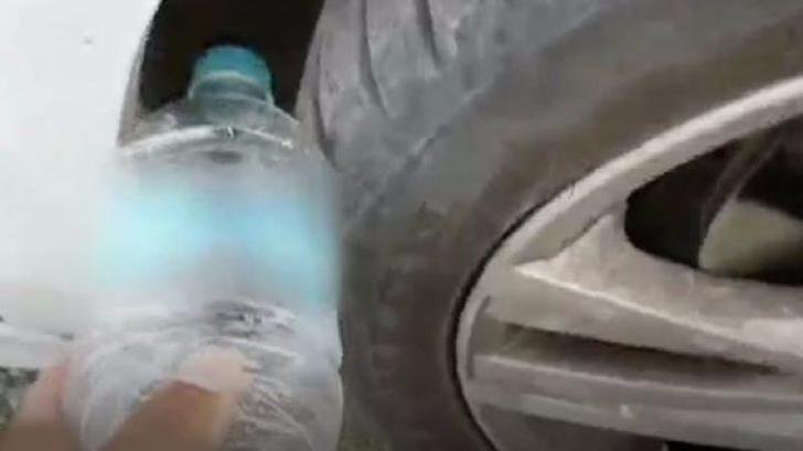 Dacă pe roata mașinii tale găsești o sticlă de plastic, atunci ai mare grijă. Ești în pericol!