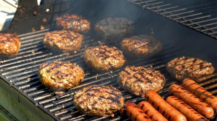 Ce greșeli să eviți când faci carne la grătar ca să nu formeze compuși cancerigeni
