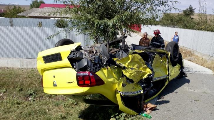 Patru persoane rănite, după ce un autoturism s-a răsturnat
