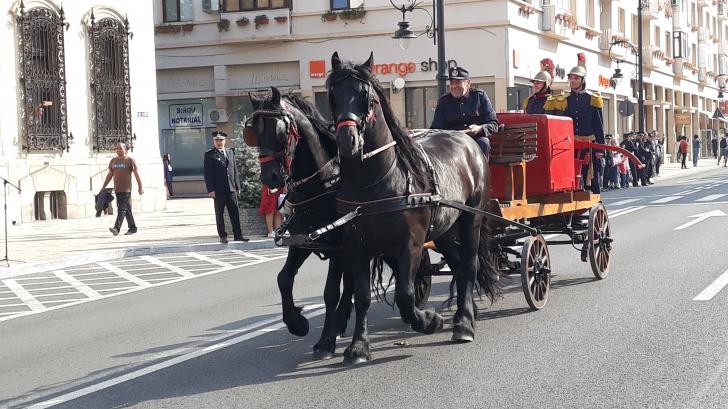 De ziua lor, pompierii craioveni au scos căruţa centenară