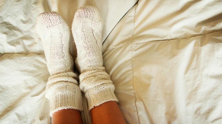 De ce e bine să dormi cu șosete în picioare