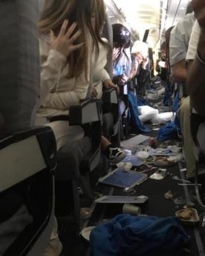 PANICĂ la bordul unui avion. Mai mulţi pasageri au fost răniţi. TURBULENŢE extreme